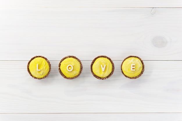 Domowe ciasta z nerkowca z napisem