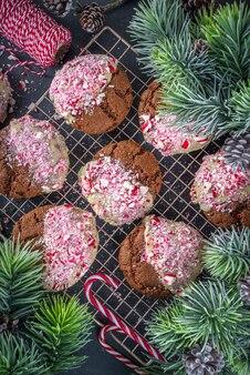 Domowe ciasteczka brownie z pękniętą czekoladą, zanurzone w białej czekoladzie