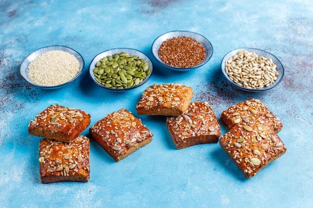Domowe ciasteczka chrupkie z sezamem, płatkami owsianymi, dynią i słonecznikiem. zdrowa przekąska, krakersy