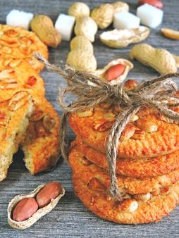 Domowe ciasteczka cukrowe z orzeszkami ziemnymi