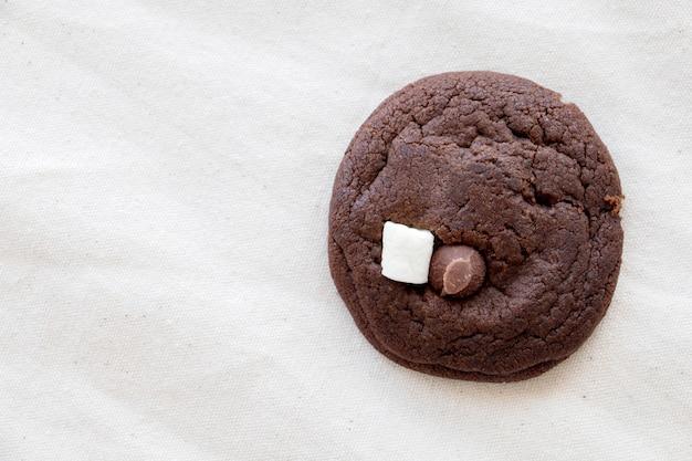 Domowe ciasteczka czekoladowe na białym tle