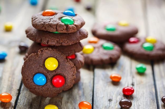 Domowe ciasteczka czekoladowe ozdobione kolorowymi cukierkami