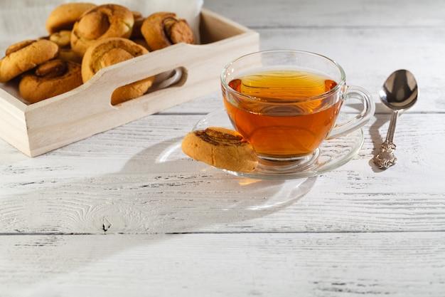 Domowe ciasteczka i filiżanka herbaty na stole rano