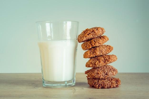 Domowe ciasteczka i szklankę mleka na stole.