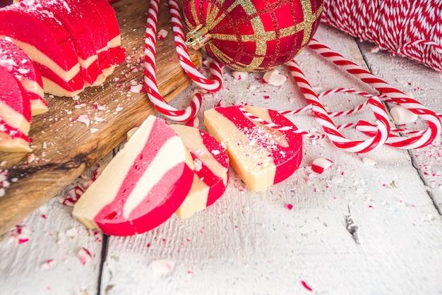 Domowe ciasteczka miętowe białe i czerwone aksamitne czekoladowe salami świąteczne cukierki w stylu trzciny cukrowej