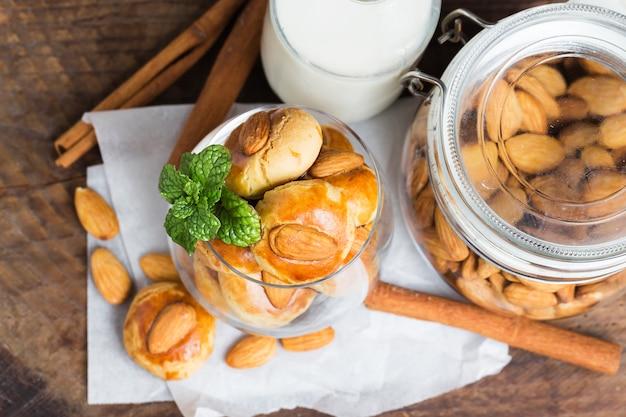 Domowe ciasteczka migdałowe na obskurnym drewnianym stole tle.