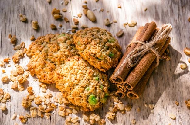 Domowe ciasteczka owsiane i laski cynamonu