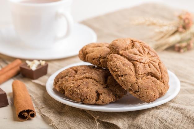 Domowe ciasteczka owsiane z filiżanką kakao
