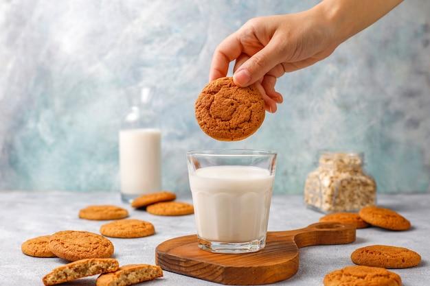 Domowe ciasteczka owsiane z filiżanką mleka.