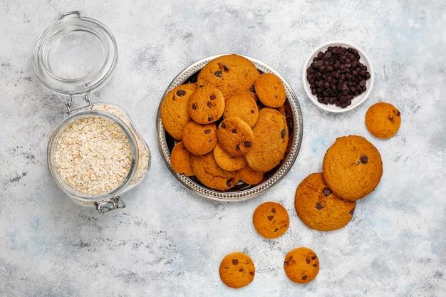 Domowe ciasteczka owsiane z kawałkami czekolady na betonie