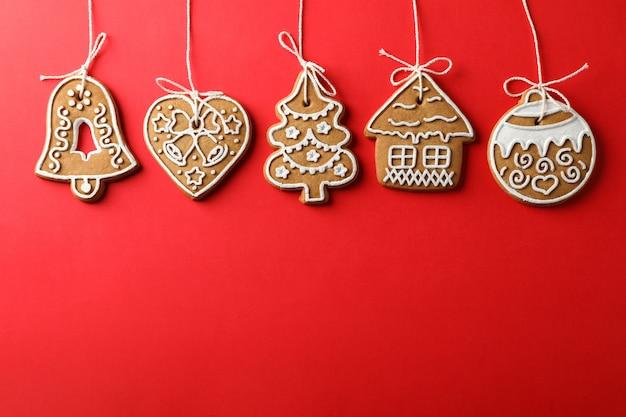 Domowe ciasteczka świąteczne na czerwono, miejsca na tekst. widok z góry