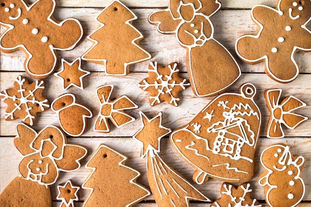Domowe ciasteczka świąteczne na drewnianym stole