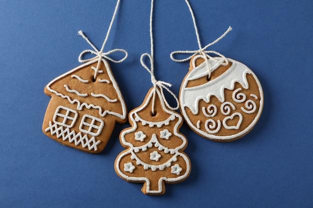 Domowe ciasteczka świąteczne na niebiesko, miejsca na tekst. zbliżenie