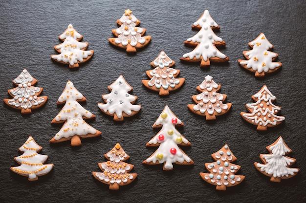 Domowe ciasteczka świąteczne na tle łupków