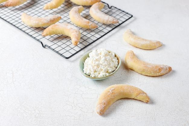 Domowe ciasteczka w kształcie banana z nadzieniem twarogowym.
