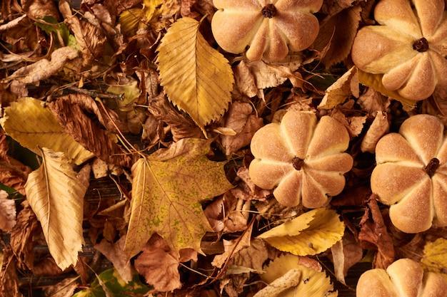 Domowe ciasteczka w kształcie dyni w jesienne liście