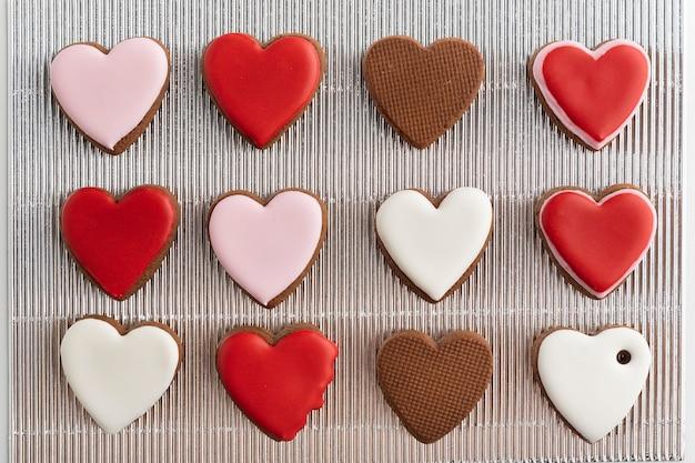Domowe ciasteczka w kształcie serc. walentynkowa uczta. dzień matki. dzień kobiet.