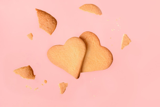 Domowe ciasteczka w kształcie serca na różowo.