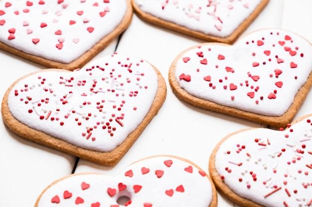 Domowe ciasteczka z bliska na walentynki posypane sercami na jasnym tle
