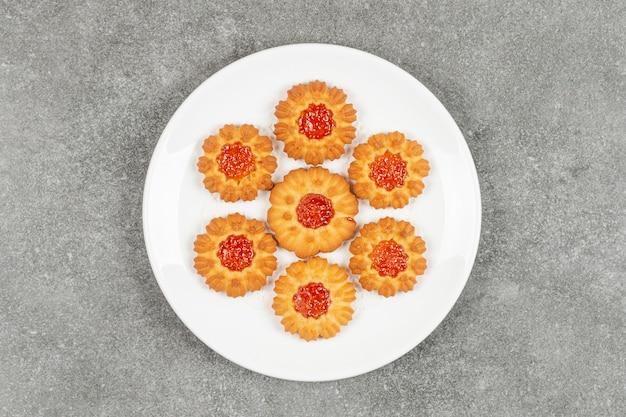 Domowe ciasteczka z galaretką na białym talerzu