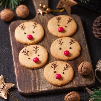 Domowe ciasteczka z jelenia ozdobione czekoladą i czerwonymi cukierkami