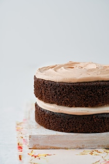 Domowe ciasto czekoladowe kawy, jasne tło, selektywne focus, miejsce.