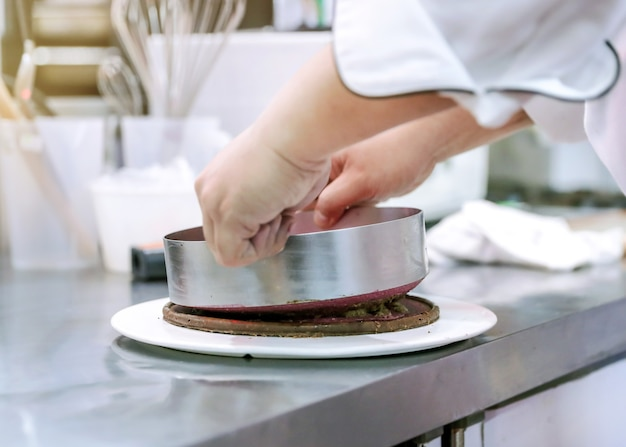 Domowe ciasto czekoladowe w kuchni, mus czekoladowy