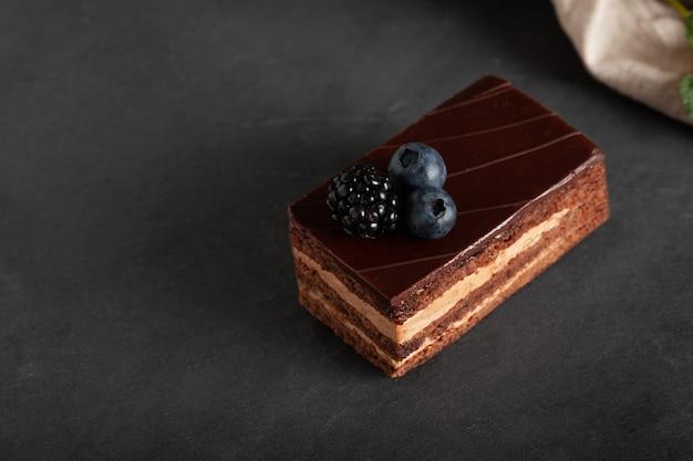 Domowe ciasto czekoladowe z jeżyną.