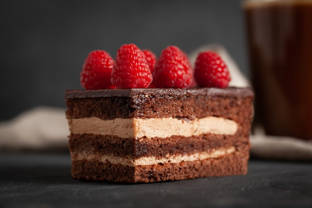 Domowe ciasto czekoladowe z malinami.
