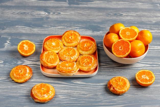 Domowe ciasto francuskie z plastrami mandarynki.