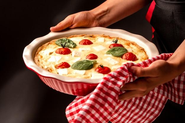 Domowe ciasto francuskie ze szpinakiem quiche lorraine na desce