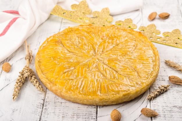 Domowe ciasto galette des rois z ręcznie robioną koroną królów.