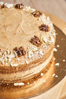 Domowe ciasto karmelowe na stole. drewniane tło.
