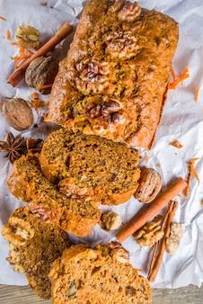 Domowe ciasto marchewkowe z orzechami włoskimi