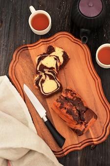 Domowe ciasto marmurowe czekoladowo-waniliowe. pokrojony z herbatą lub kawą.
