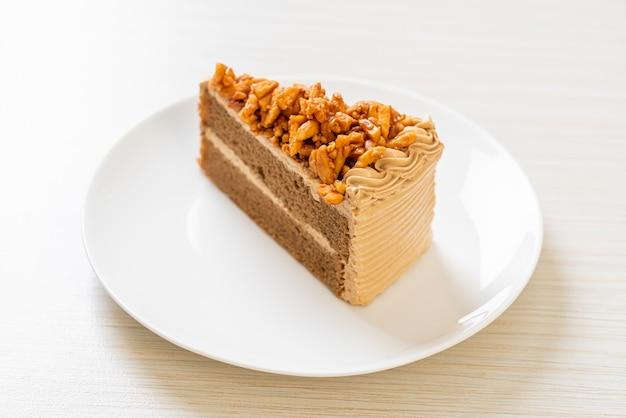 Domowe ciasto migdałowe z kawą na białym talerzu