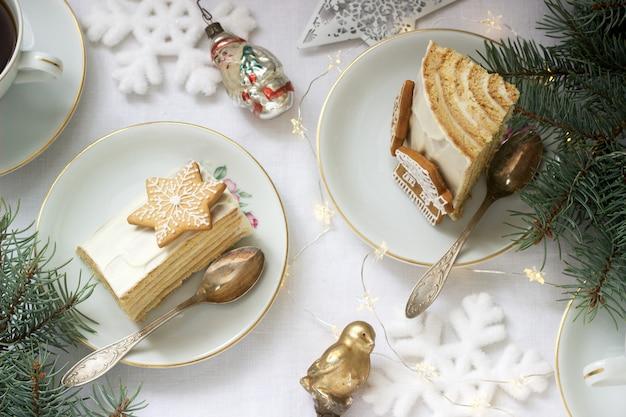 Domowe ciasto miodowe ze śmietaną, udekorowane piernikiem