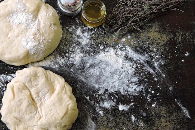 Domowe ciasto na chleb lub pizzę. włoskie wypieki.