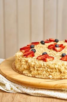 Domowe ciasto napoleona. drewniane tło.