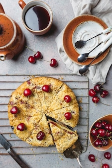 Domowe ciasto wiśniowe z kruszonką ze świeżymi jagodami na rustykalnym stylu