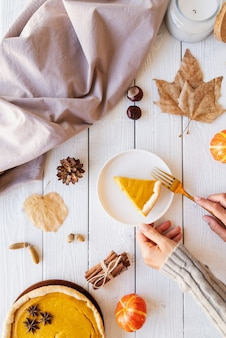 Domowe ciasto z dyni z jesiennych liści na tle rustykalnym