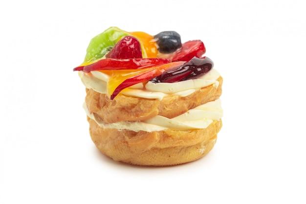 Domowe ciasto z kremem i owocami na białym tle