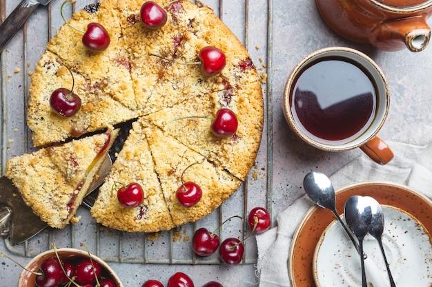 Domowe ciasto z kruszonką wiśniową ze świeżymi jagodami na rustykalnym stylu