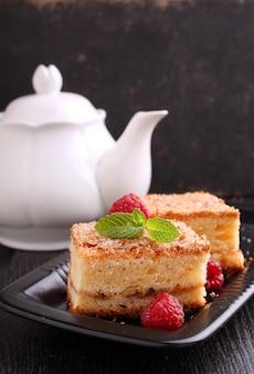 Domowe ciasto z orzechami włoskimi cynamonem i cukrem ozdobione miętą na ciemnym tle