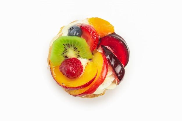 Domowe ciasto ze śmietaną i owocami na białym tle