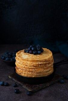 Domowe cienkie naleśniki na patelni z jagodami, maslenica