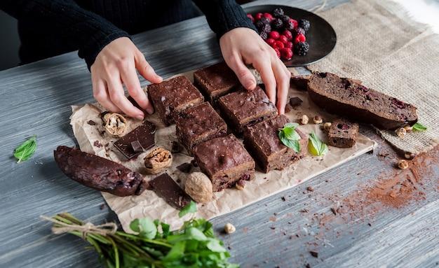 Domowe czekoladowe ciasteczka na ciemnej powierzchni.