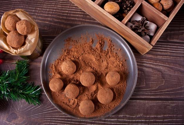 Domowe czekoladowe kulki trufle na talerzu.