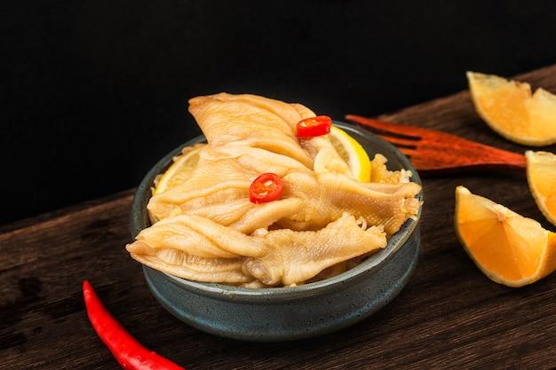 Domowe dania świeża cytrynowa kaczka łapki