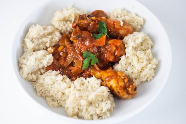 Domowe danie z kurczaka z sosem ryżowo-pomidorowym i przyprawami